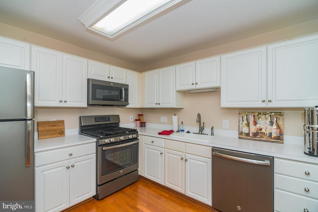 Full size kitchen with SS appliances. - 46891 EATON TER #300, STERLING