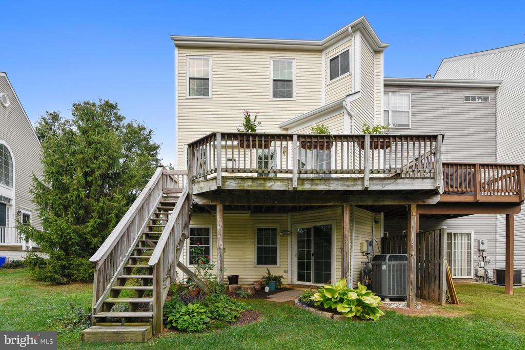 Spacious deck with stairs to yard! - 44127 ALLDERWOOD TER, ASHBURN