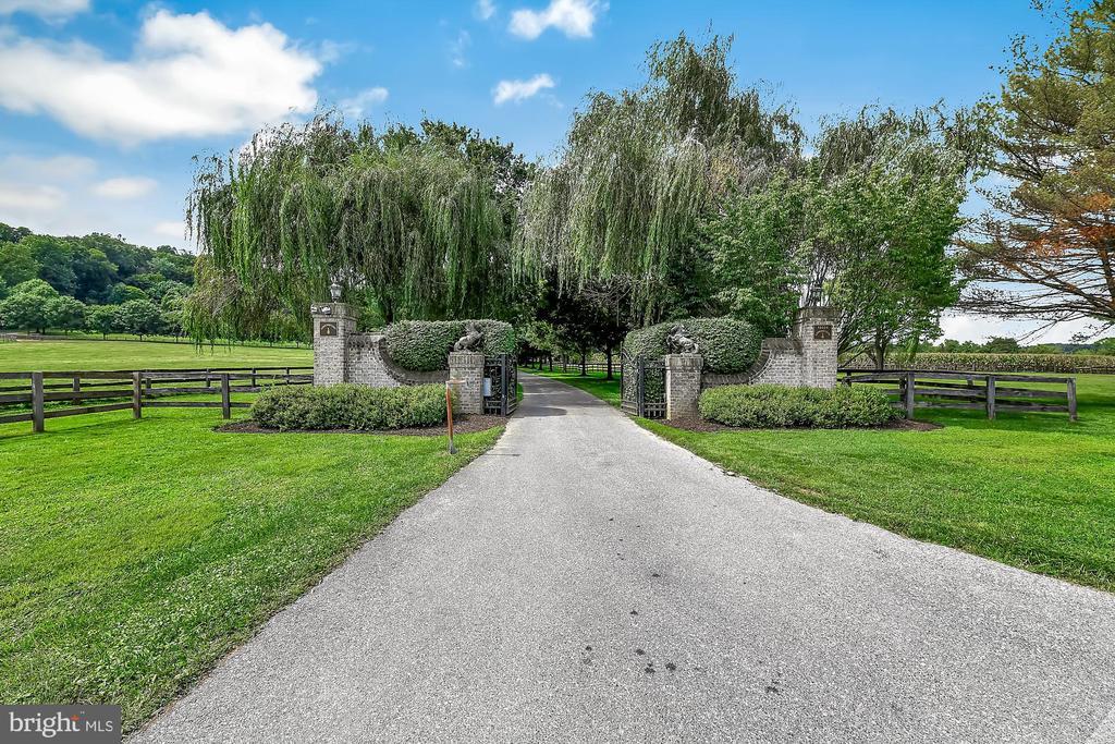 Pillared entrance - 13224 LONGNECKER RD, GLYNDON