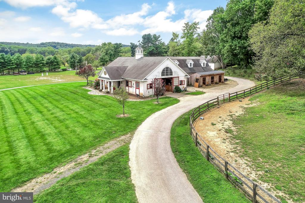 Stable with additional stalls - 13224 LONGNECKER RD, GLYNDON