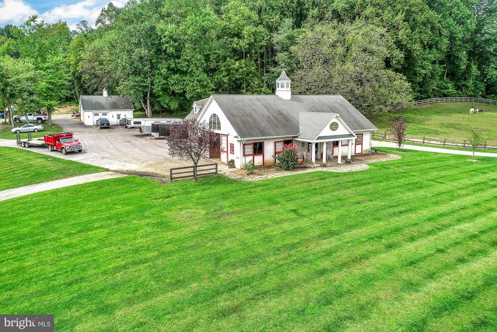 Stables with ample turnaround space - 13224 LONGNECKER RD, GLYNDON