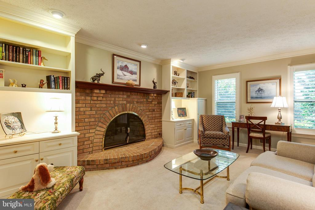 Den with built in bookcases and cabinets - 6093 ARRINGTON DR, FAIRFAX STATION