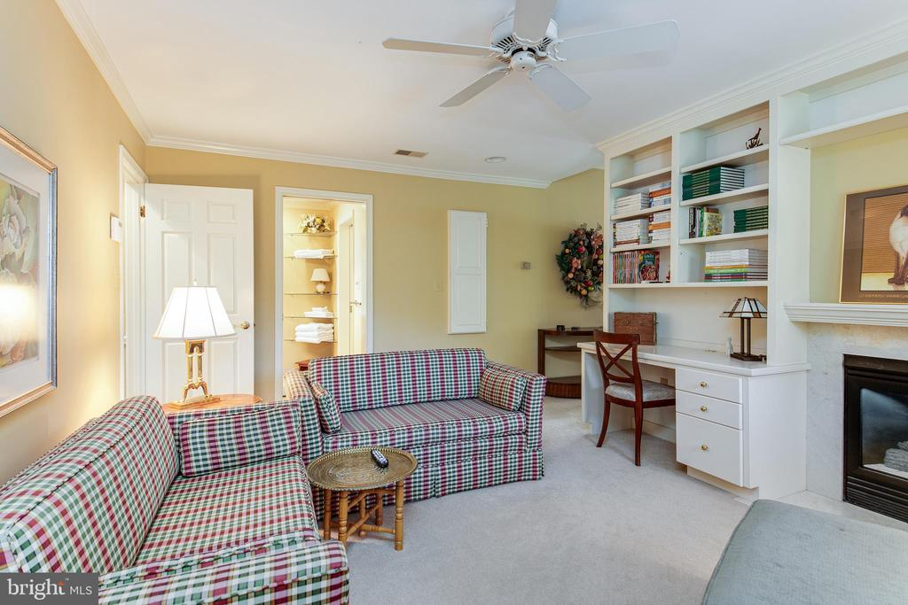 Sitting room built in desk/bookcases/cabinets - 6093 ARRINGTON DR, FAIRFAX STATION