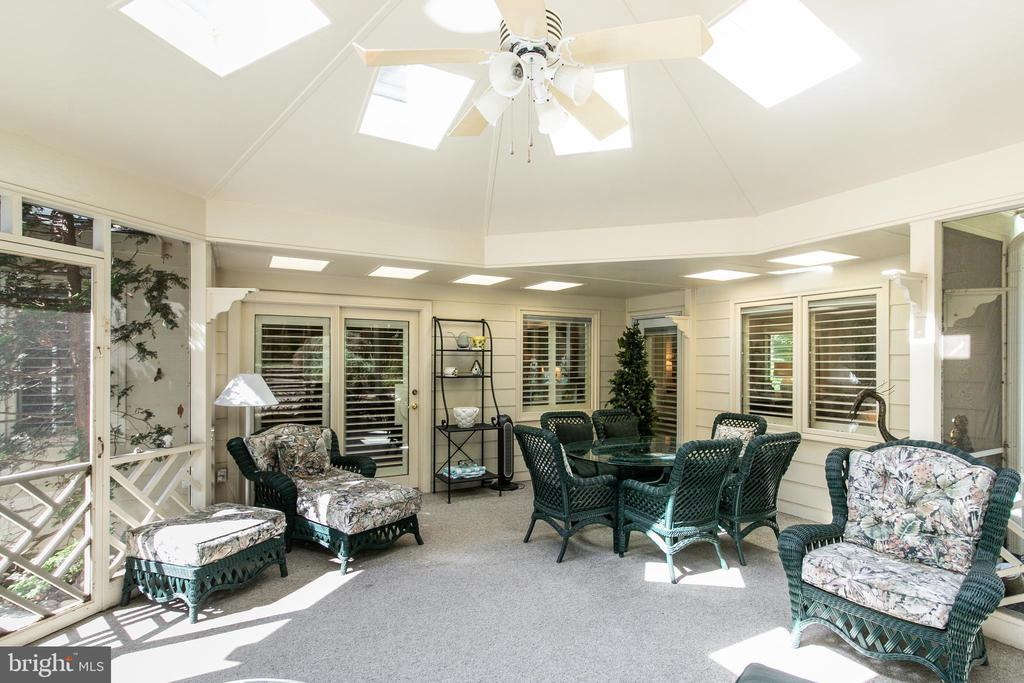 Screen porch with access to kitchen & family room - 6093 ARRINGTON DR, FAIRFAX STATION