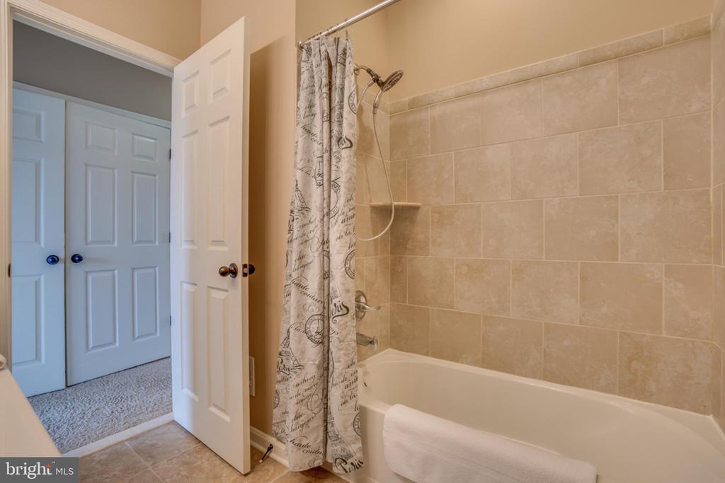Tiled Bath - 203 APRICOT ST, STAFFORD