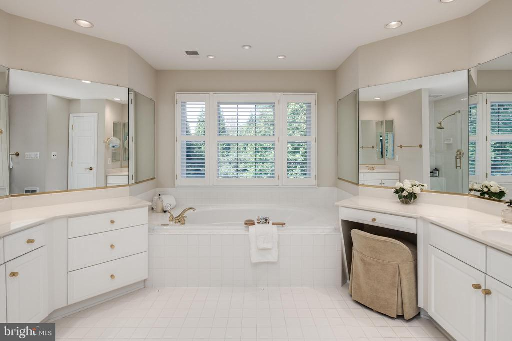 Master Bath with Separate Tub and Stall Shower - 2131 N SCOTT ST, ARLINGTON