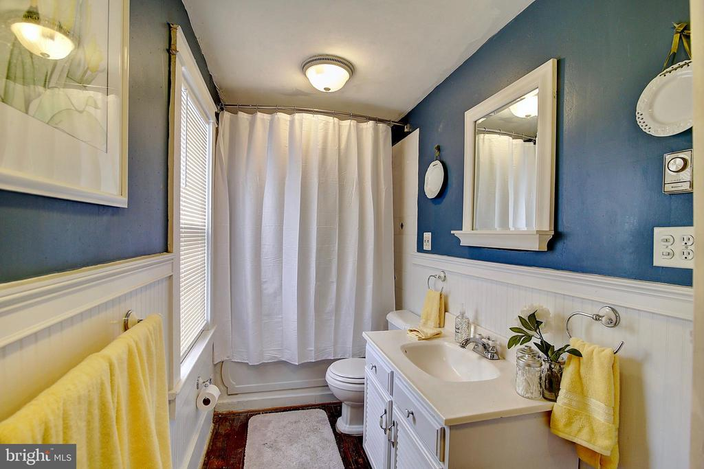 Upper Full Bath - 37 S LOUDOUN ST, LOVETTSVILLE
