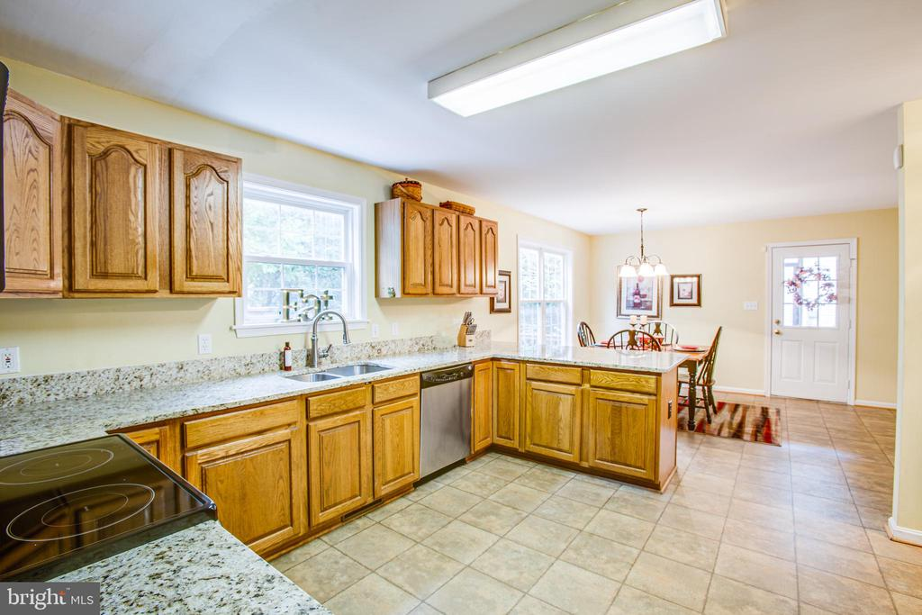 Plenty of counter & cabinet space - 9806 RAMSAY DR, FREDERICKSBURG