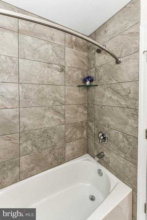 Convenient tile to the ceiling makes easy cleaning - 5201 MOUNT VERNON MEMORIAL HWY, ALEXANDRIA