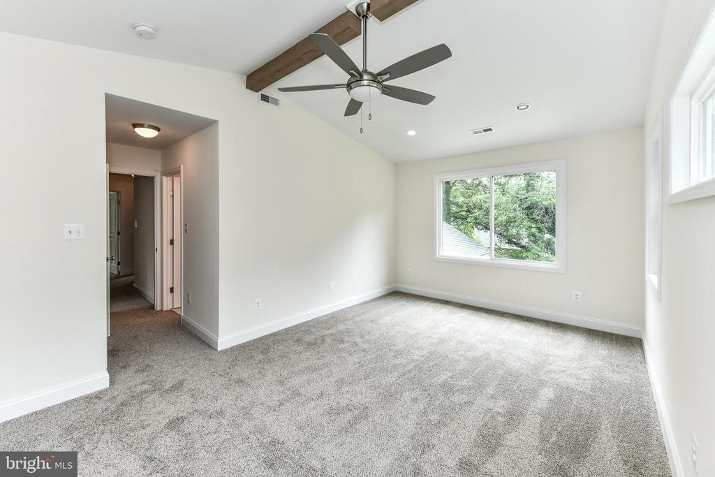 Convenient ceiling fan keeps this room cool! - 5201 MOUNT VERNON MEMORIAL HWY, ALEXANDRIA