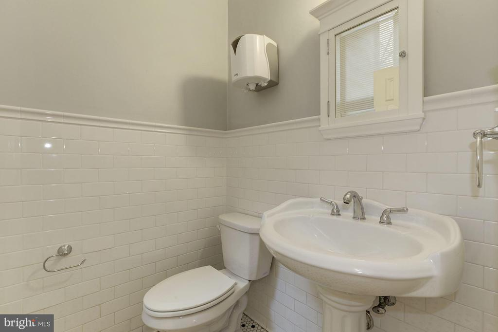 Main level powder room - 1834 CONNECTICUT AVE NW, WASHINGTON