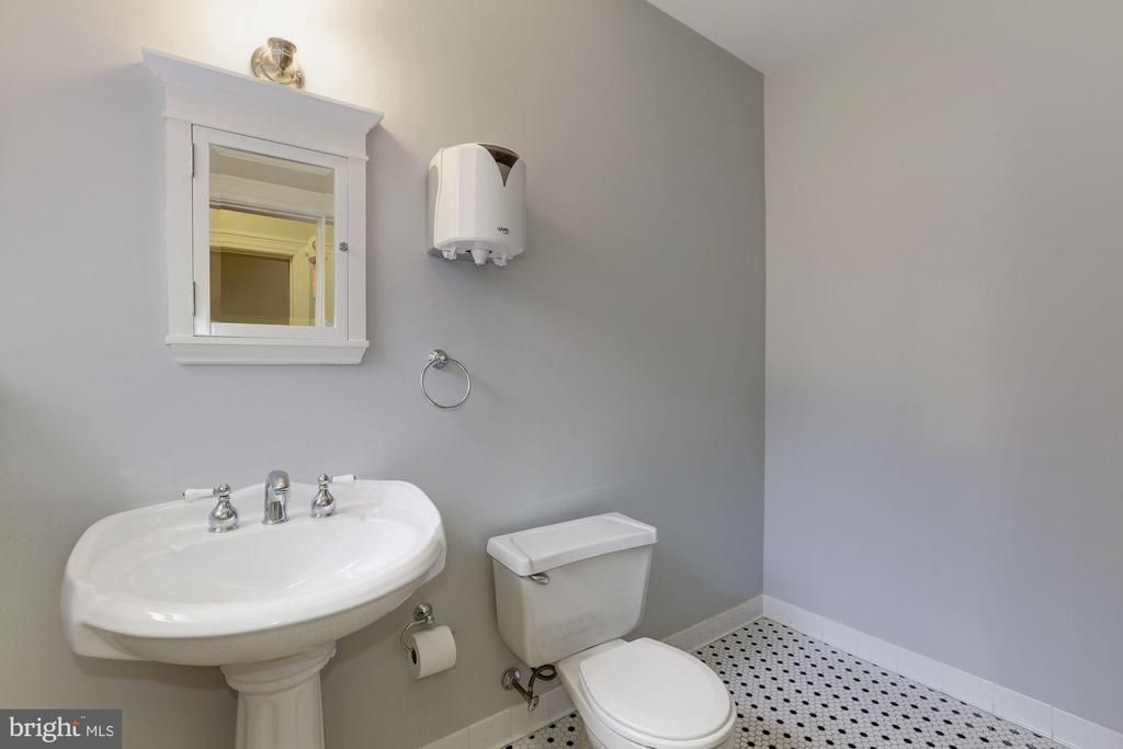 3rd level bath with tub/shower hookups - 1834 CONNECTICUT AVE NW, WASHINGTON