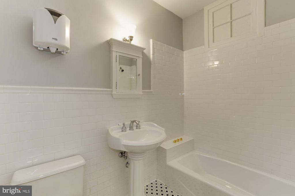 3rd level full bath - 1834 CONNECTICUT AVE NW, WASHINGTON