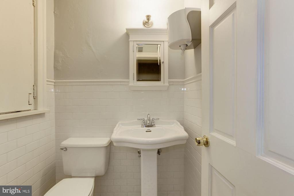 Ground floor powder room - 1834 CONNECTICUT AVE NW, WASHINGTON