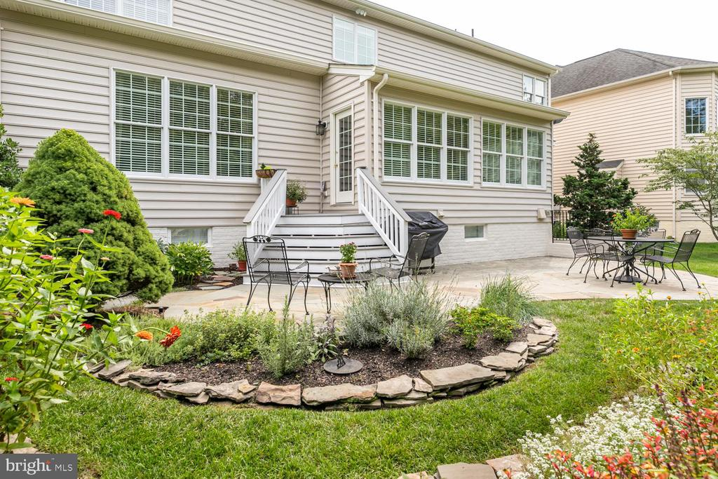 Stunning back yard/patio - 25327 JUSTICE DR, CHANTILLY