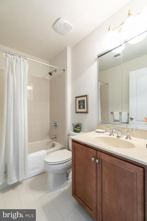upper level bath 2/view 2 - 25327 JUSTICE DR, CHANTILLY