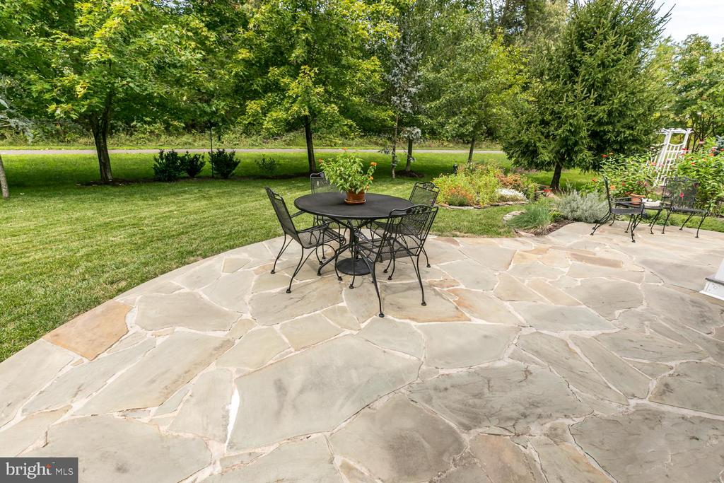 flagstone patio and garden details - 25327 JUSTICE DR, CHANTILLY