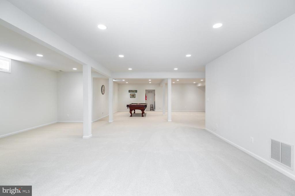 open finished space in basement - 25327 JUSTICE DR, CHANTILLY