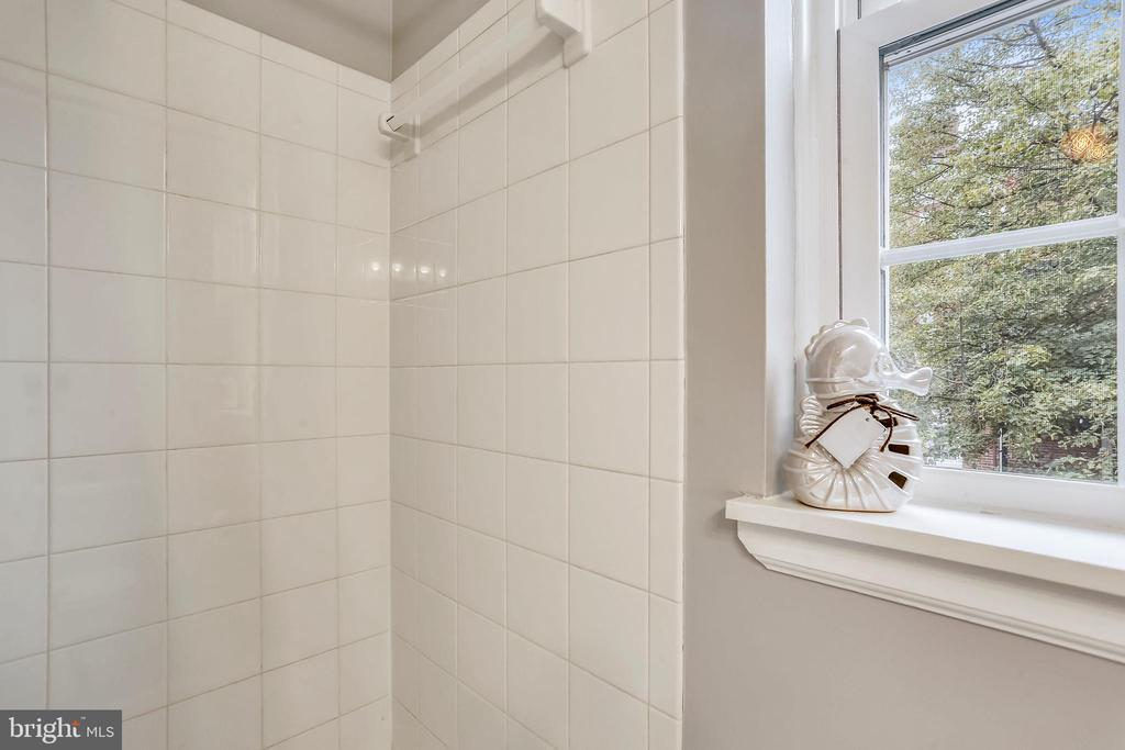 Shower tiling - 2848 S ABINGDON ST, ARLINGTON