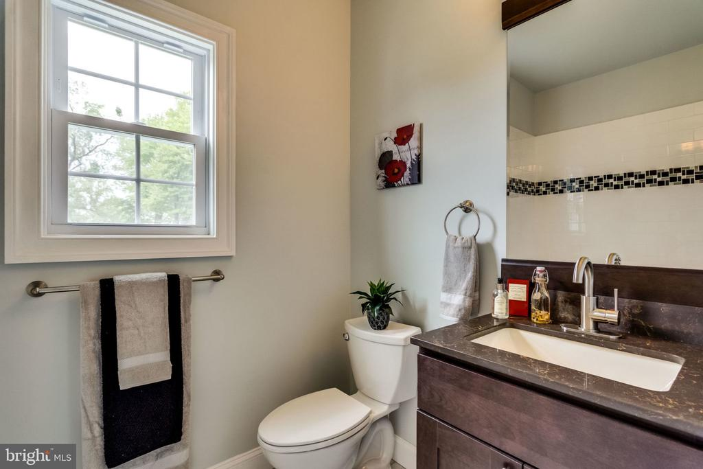 Main bathroom - 7101 VELLEX LN, ANNANDALE