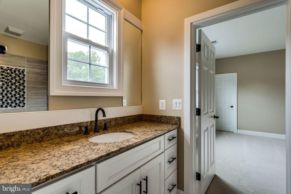 Upper shared bathroom - 7101 VELLEX LN, ANNANDALE