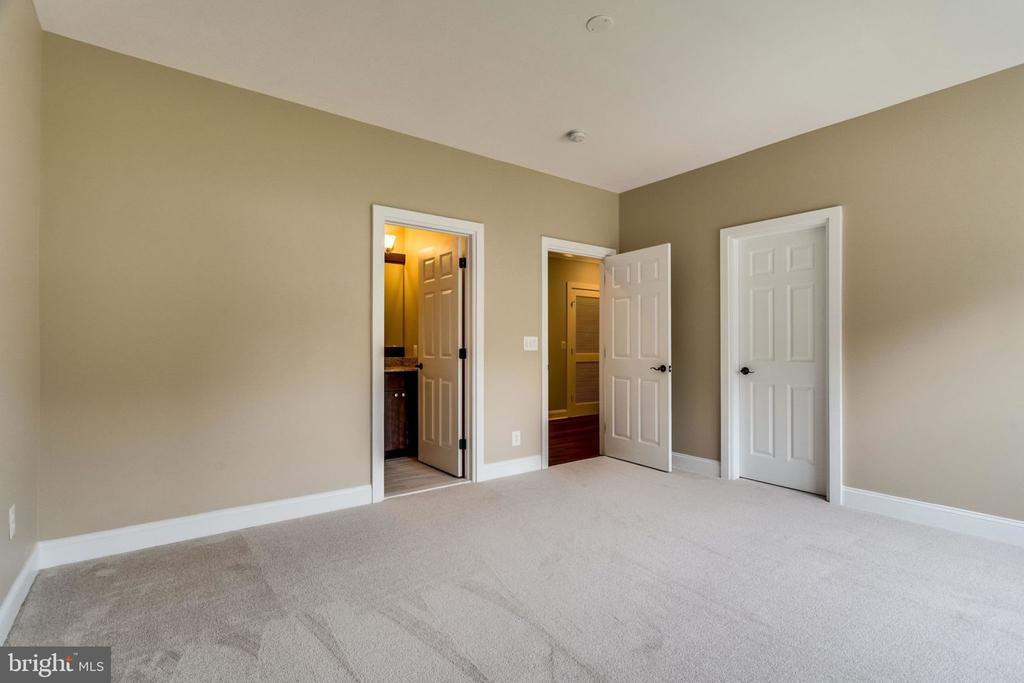 Upper bedroom - 3 - 7101 VELLEX LN, ANNANDALE