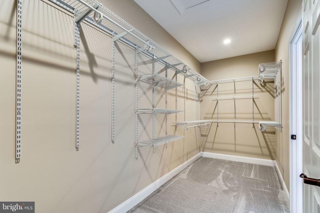 Master closet - 7101 VELLEX LN, ANNANDALE