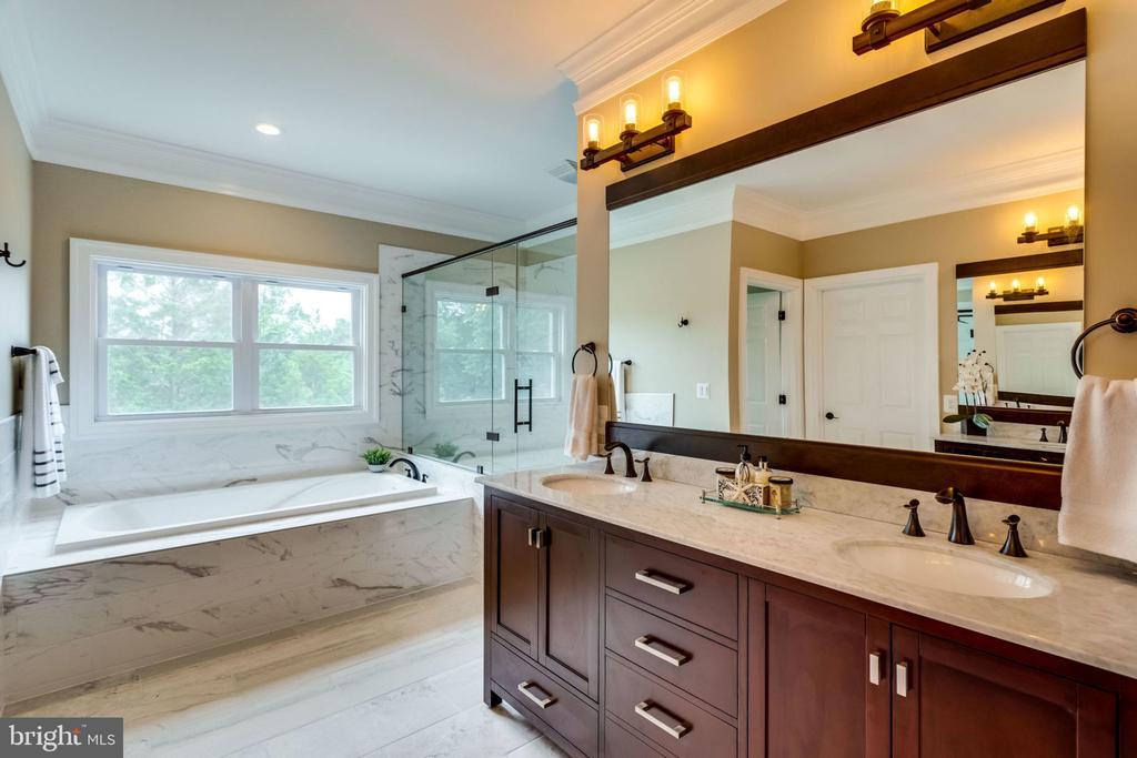 Master bathroom - 7101 VELLEX LN, ANNANDALE