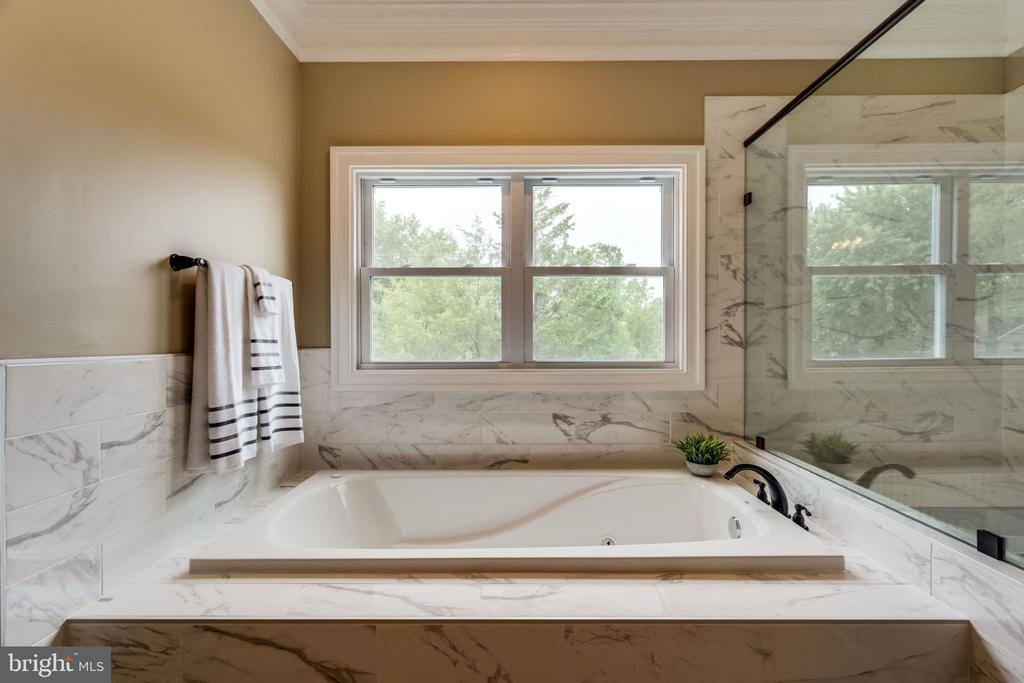 Master bathroom - jacuzzi - 7101 VELLEX LN, ANNANDALE