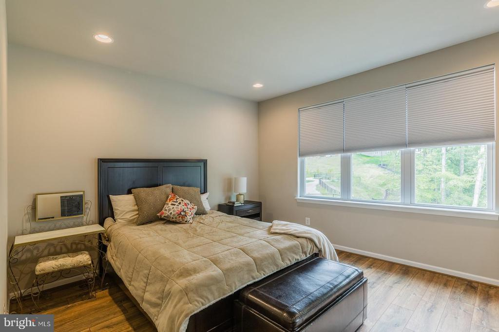 The master bedroom is on the main floor - 17985 WOODS VIEW DR, DUMFRIES