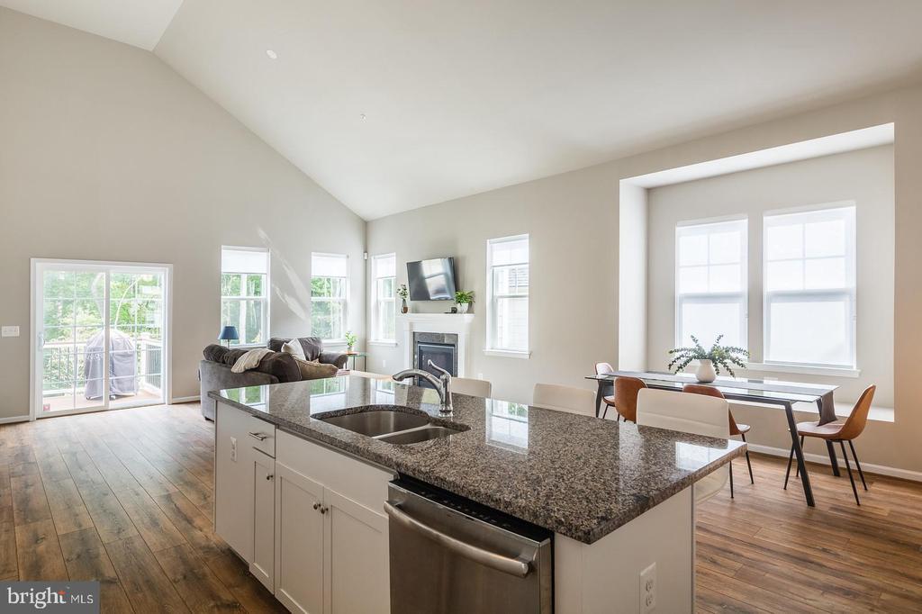 White kitchen, dark granite - 17985 WOODS VIEW DR, DUMFRIES