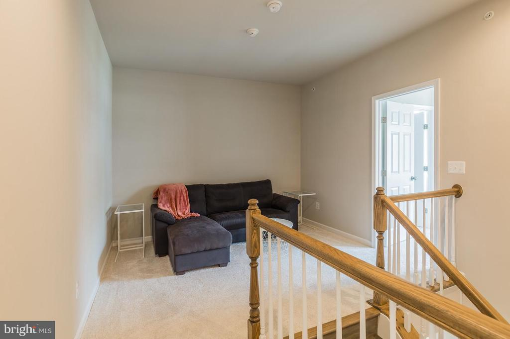 There is a loft at the top of the landing - 17985 WOODS VIEW DR, DUMFRIES