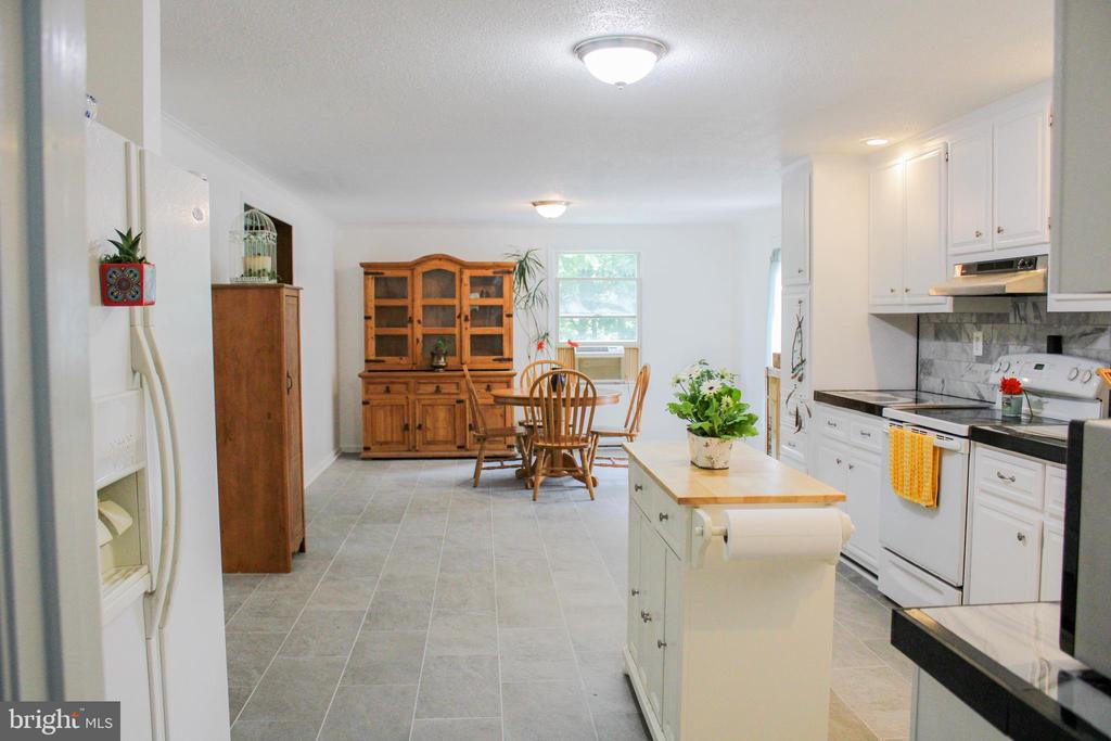 Very large and open Kitchen - 7738 TALBOT RUN RD, MOUNT AIRY