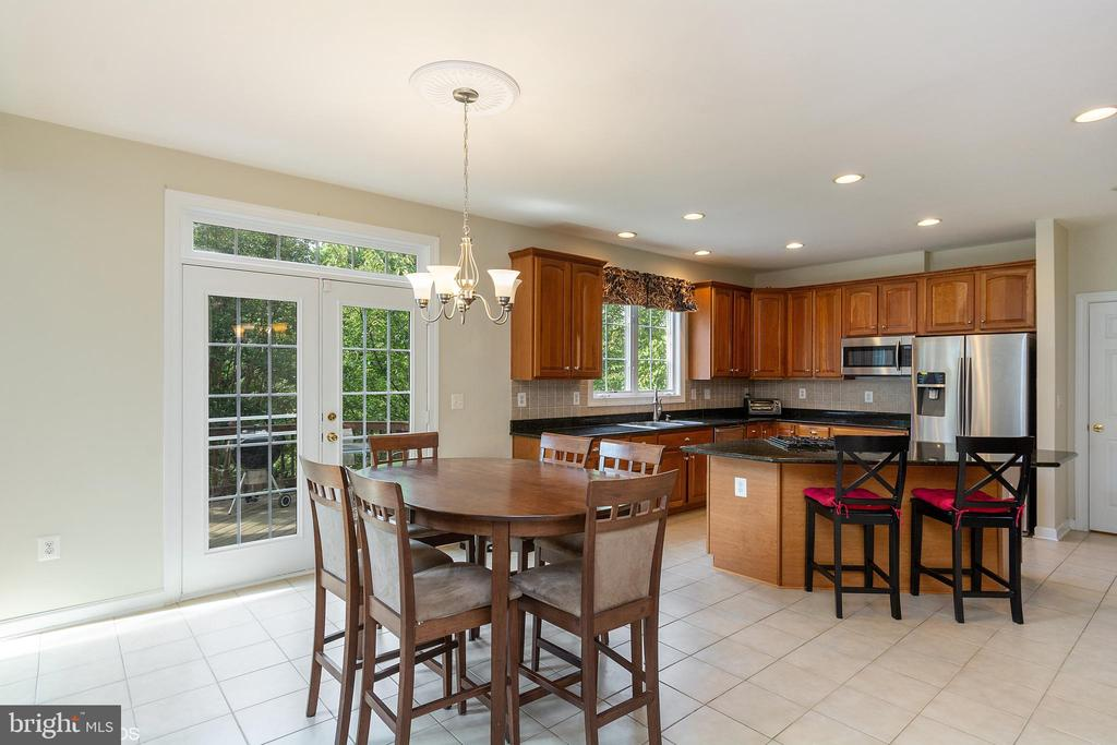 EATING SPACE IN COUNTRY KITCHEN - 8900 GRIST MILL WOODS CT, ALEXANDRIA