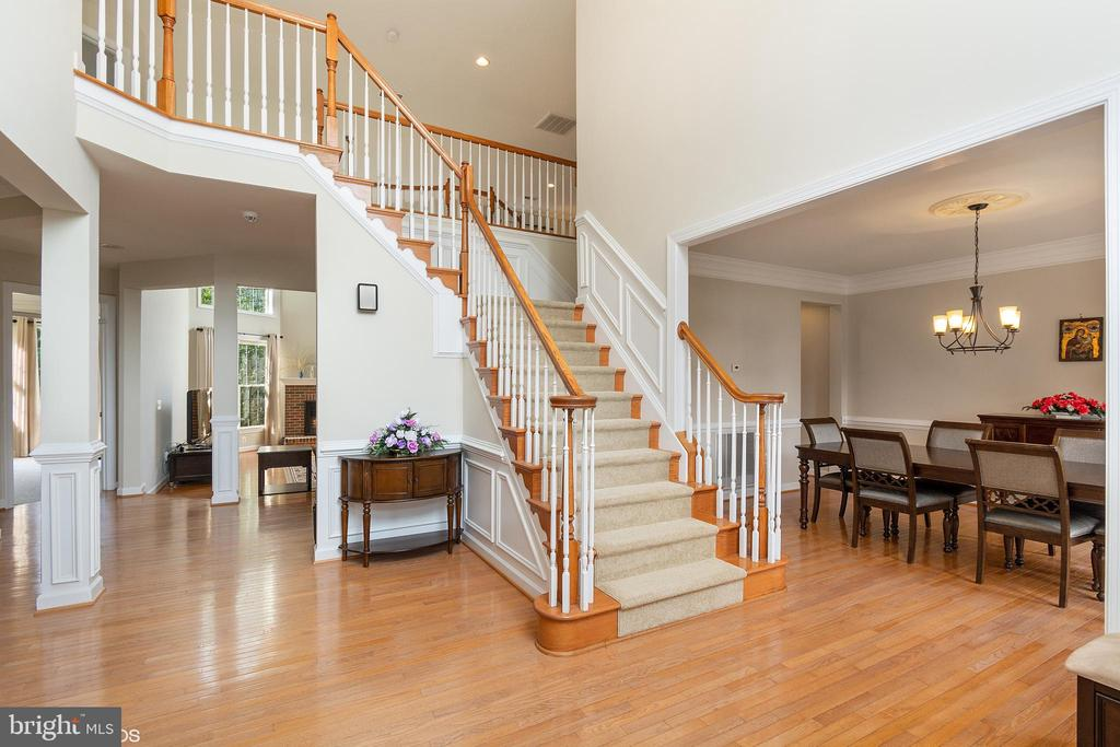 19 FT ENTRANCE FOYER - 8900 GRIST MILL WOODS CT, ALEXANDRIA