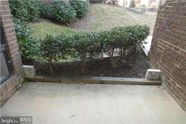 Large patio - 11220 CHESTNUT GROVE SQ #124, RESTON