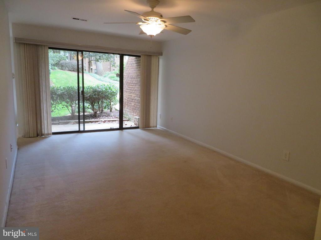 Living room - 11220 CHESTNUT GROVE SQ #124, RESTON