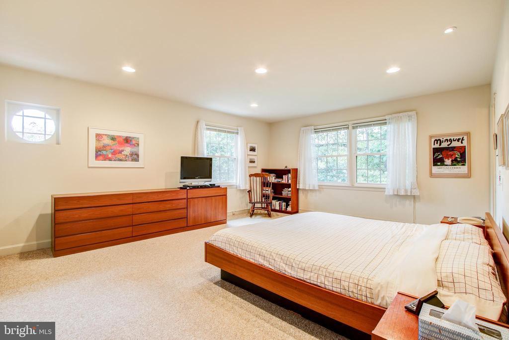 Spacious Master Bedroom w/ensuite bath - 2812 29TH PL NW, WASHINGTON