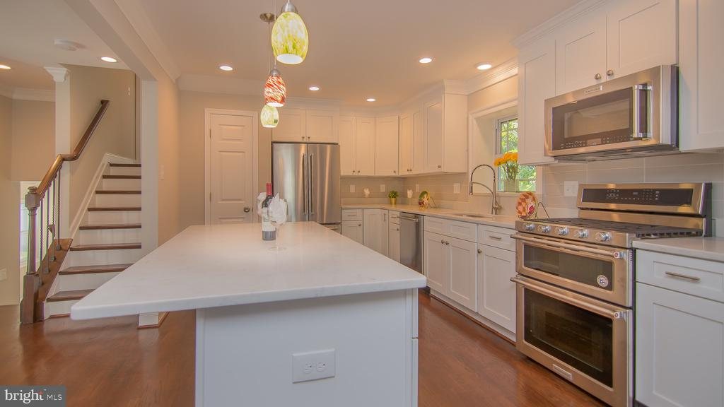Modern kitchen w/top of the line materials - 5636 6TH ST N, ARLINGTON