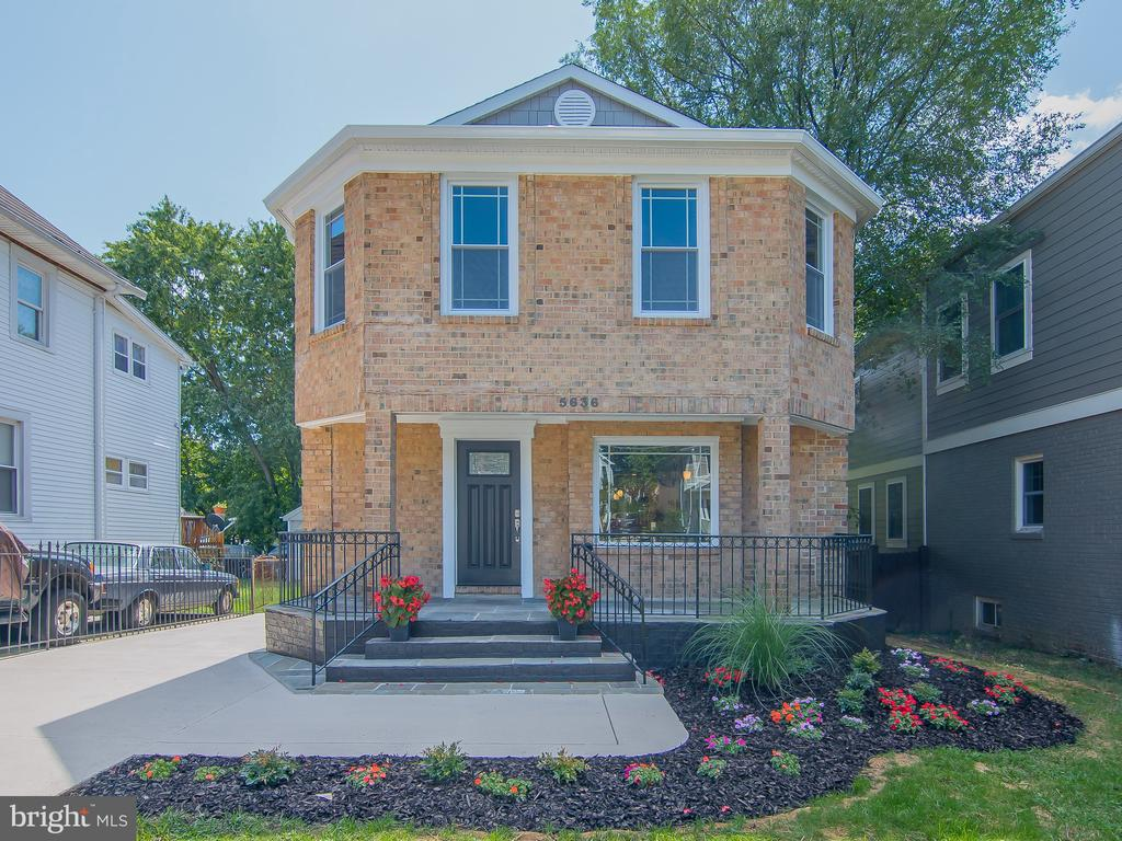 Beautiful all brick SH with nice landscaping - 5636 6TH ST N, ARLINGTON