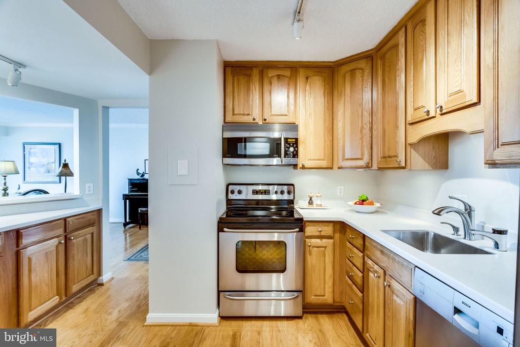 Kitchen - Opening to Separate Dining Room - 3800 FAIRFAX DR #704, ARLINGTON