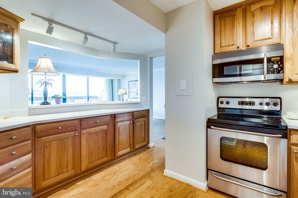 Kitchen - Abundant Cabinets and Counter Space - 3800 FAIRFAX DR #704, ARLINGTON