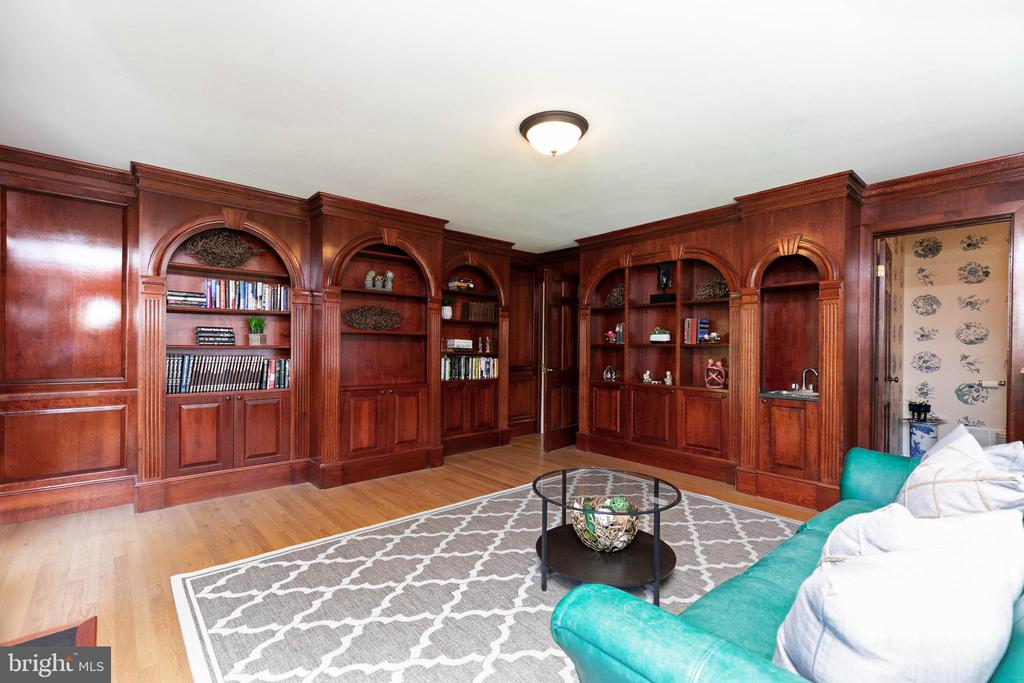 Custom built library - 2815 N LEXINGTON ST, ARLINGTON