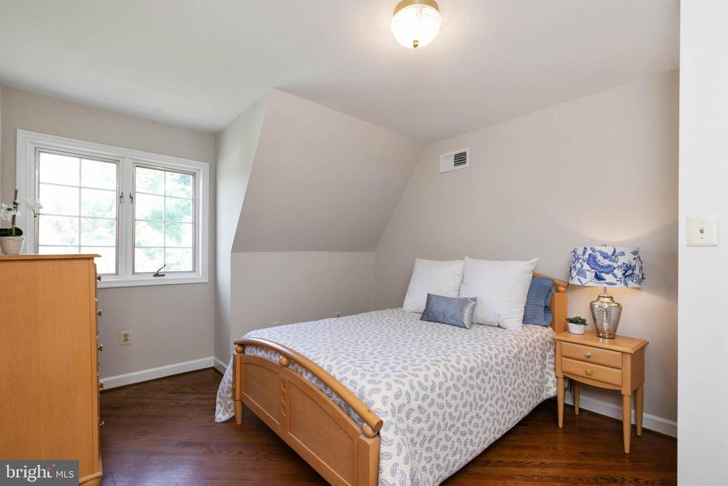 Upstairs Bedroom #2  with in suite full bath - 2815 N LEXINGTON ST, ARLINGTON