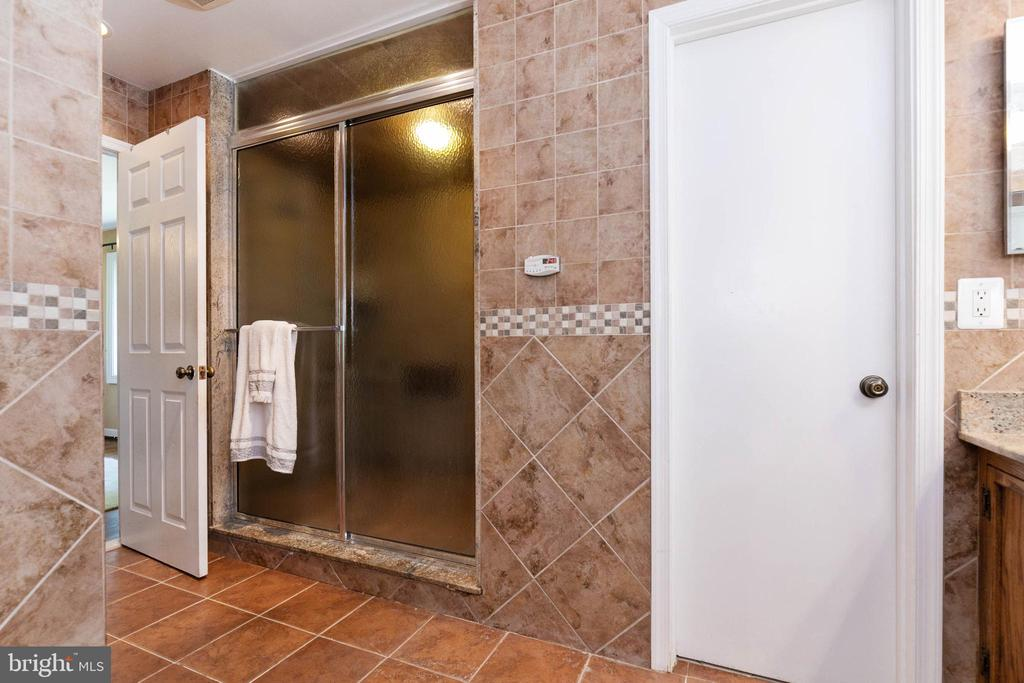 Oversized master bath shower - 2815 N LEXINGTON ST, ARLINGTON