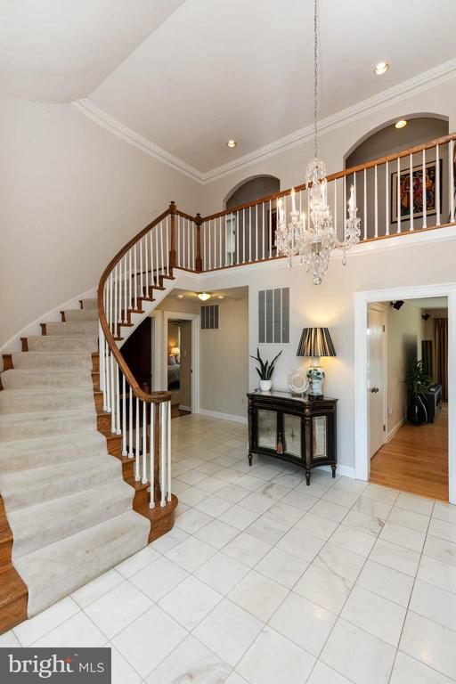 Bright and Open marble foyer - 2815 N LEXINGTON ST, ARLINGTON