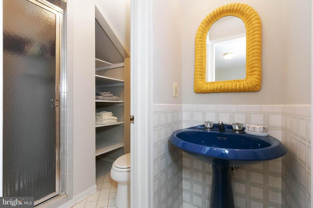 Full in-suite bath - 2815 N LEXINGTON ST, ARLINGTON
