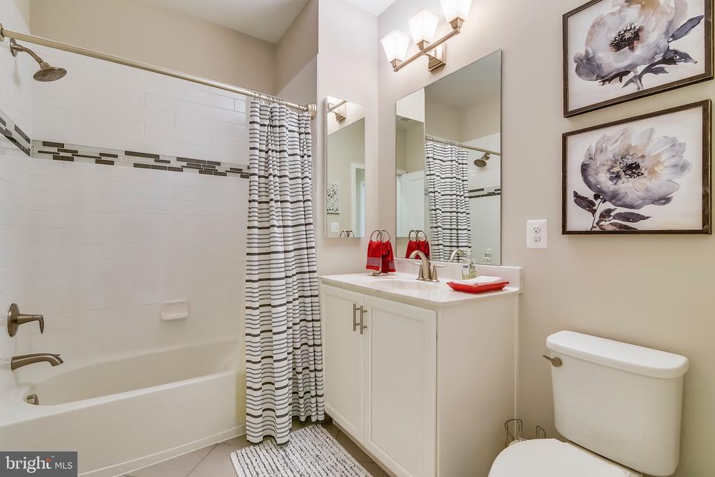 Hall bathroom - 425 KORNBLAU TER SE, LEESBURG