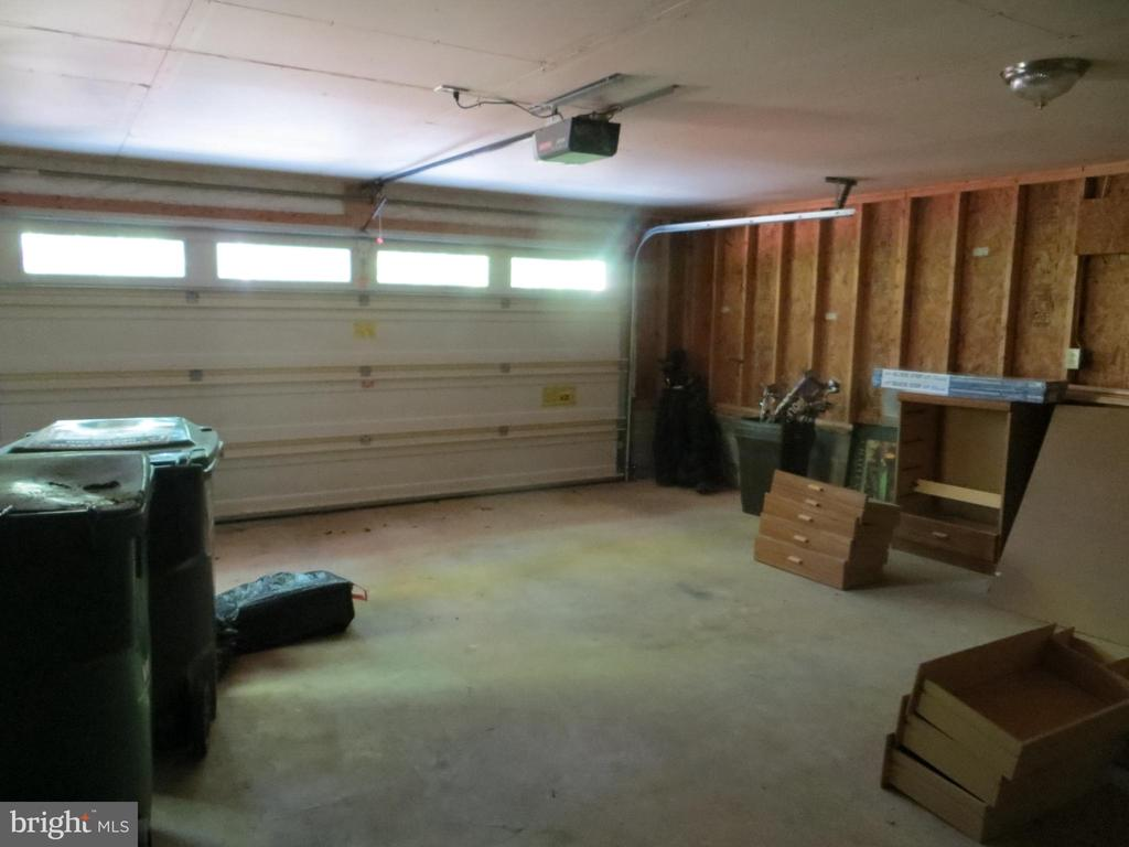 two plus car garage - 903 EASTOVER PKWY, LOCUST GROVE