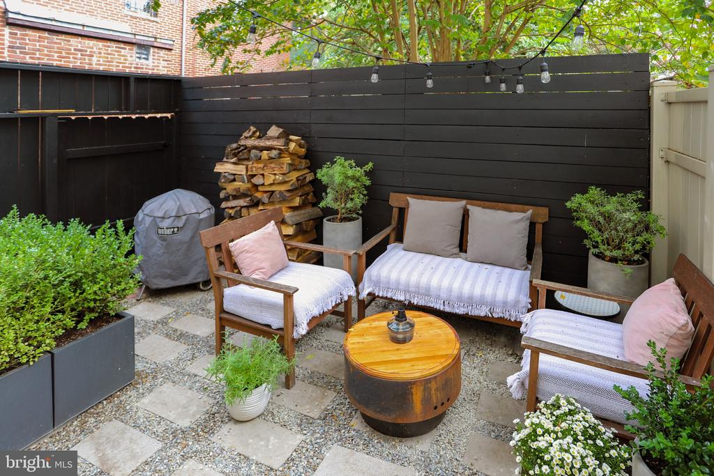 Private outdoor living area - 1409 COLUMBIA ST NW, WASHINGTON